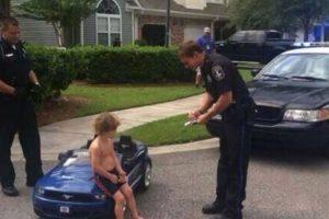 """""""No puede ir a esa velocidad y sin camiseta, señor. Aquí está su multa"""" Foto:Imgur. Imagen Por:"""