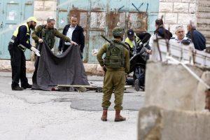 Soldados israelíes cubren los cuerpos sin vida de dos palestinos en Hebrón (Palestina), el jueves pasado, después de que intentaran apuñalarlos. Foto:Efe. Imagen Por: