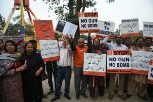 Por otra parte la gente se manifiesta a favor de la paz. Foto:AFP. Imagen Por: