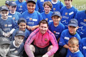 8. El pasado mes de febrero, el Barcelona le regaló una serie de objetos del club autografiados por Lionel Messi a la familia de un niño de cuatro años que sufre cuadriparesia. Foto:Vía facebook.com/FundacionLeoMessi. Imagen Por:
