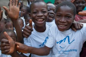 1. En junio de 2013 visitó Senegal en una misión humanitaria para repartir redes mosquiteros que ayudaran a combatir la malaria que entonces azotaba este país africano. Foto:Vía facebook.com/FundacionLeoMessi. Imagen Por: