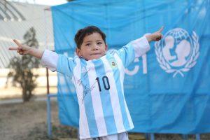 9. También en febrero un niño afgano se hizo famoso por usar una camiseta de Lionel Messi hecha en una bolsa de plástico Foto:Vía twitter.com/UNICEFargentina. Imagen Por: