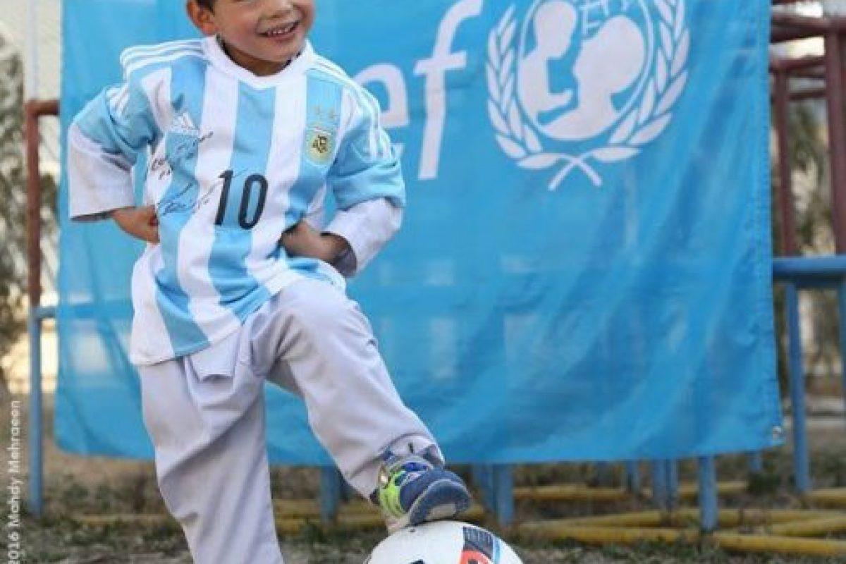 Y el equipo del argentino se movió para regalarle al niño una camisa firmada por su ídolo Foto:Vía twitter.com/UNICEFargentina. Imagen Por: