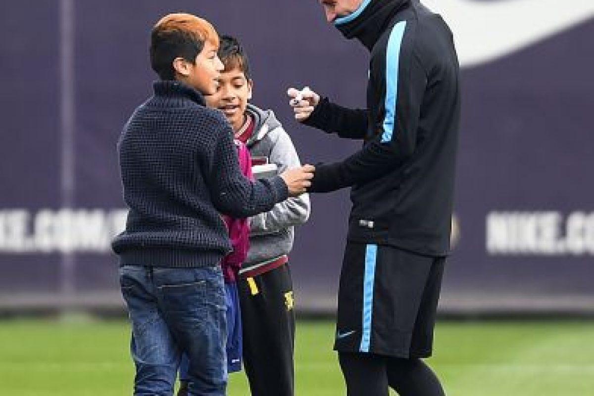 """Los niños lo visitaron en la Ciudad Deportiva del Barcelona, se tomaron fotos con él y la """"Pulga"""" les regaló a todos un kit del equipo catalán. Foto:Getty Images. Imagen Por:"""