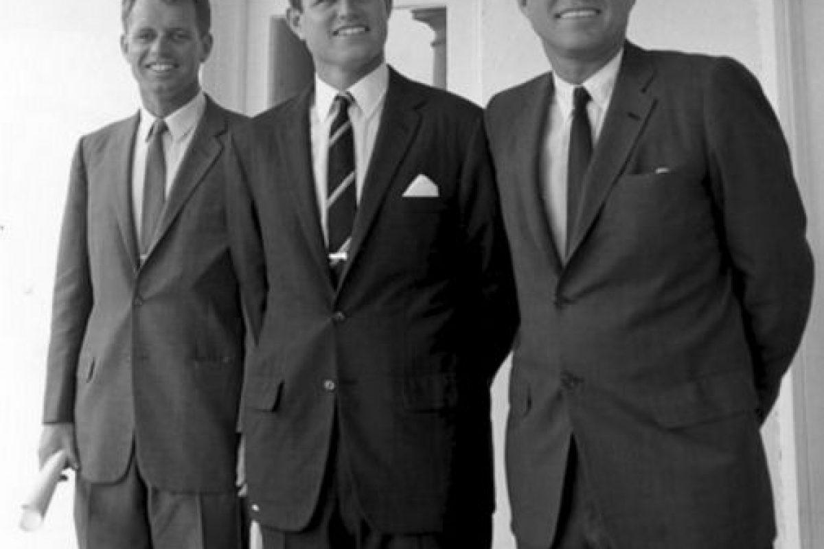 3. Los Kennedy: Joe, el patriarca, fue maldito por una gitana. El hijo mayor murió en la Segunda Guerra Mundial, Kathleen murió en un accidente de aviación, John F. Kennedy y Robert, asesinados. John John, en otro accidente de aviación. Foto:vía Wikipedia. Imagen Por: