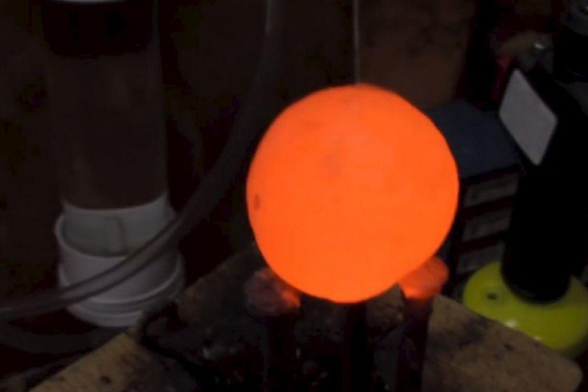 Resisten tres bolas de metal hirviento. Foto:carsandwater. Imagen Por: