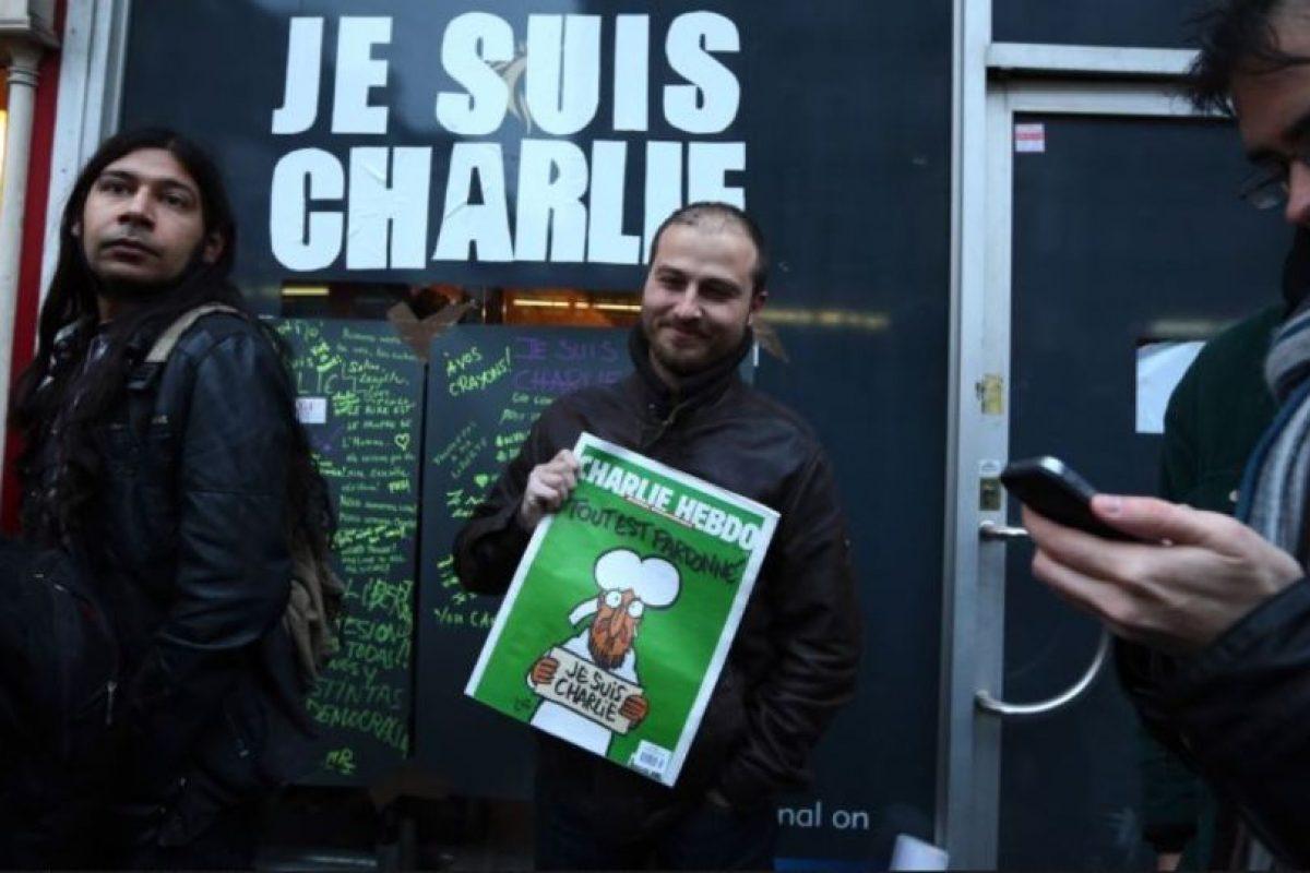 """El atentado desató una serie de protestas en Francia y el mundo en pro de la libertad de expresión. A pesar de ello, a la siguiente semana publicaron un número especial con la leyenda: """"Les perdonamos"""". Foto:Getty Images. Imagen Por:"""