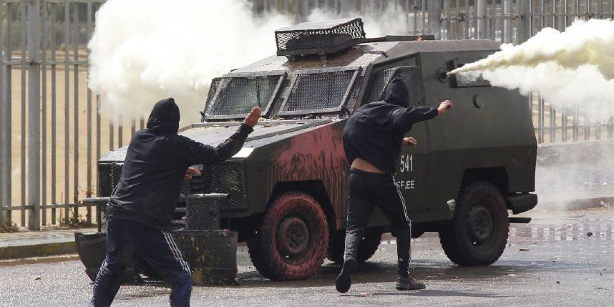 Encapuchados levantan barricadas y se enfrentan a Carabineros en Universidad de Playa Ancha