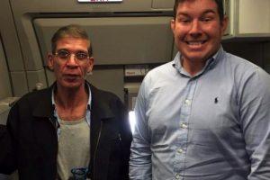 Esta fue una de las fotografías de la semana. Un hombre posa junto a un presunto suicida que planeaba hacer estallar un avión Foto:Twitter. Imagen Por: