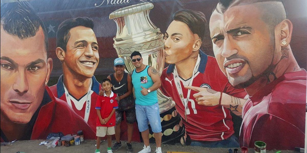Gary Medel visitó el mural en homenaje a la Roja que sacó aplausos en los seleccionados