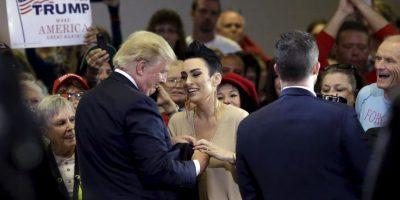Donald Trump comparte emotivo momento con exreina de belleza