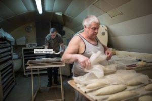 Michel Flamant trabaja en su amansandería con Jerôme. Foto:AFP. Imagen Por: