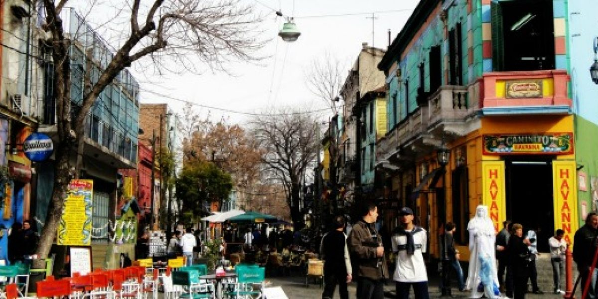 Gobierno argentino aumenta tarifas de gas un 300% y de agua hasta un 375%