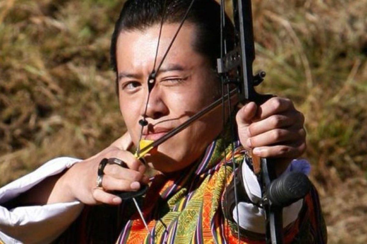 El rey de Bután es amante del tiro con arco y también es fanático del baloncesto Foto:Getty Images. Imagen Por: