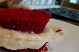 Comerse un cupcake: se pone la cobertura en el medio para crear un sandwich. Foto:vía Tumblr. Imagen Por: