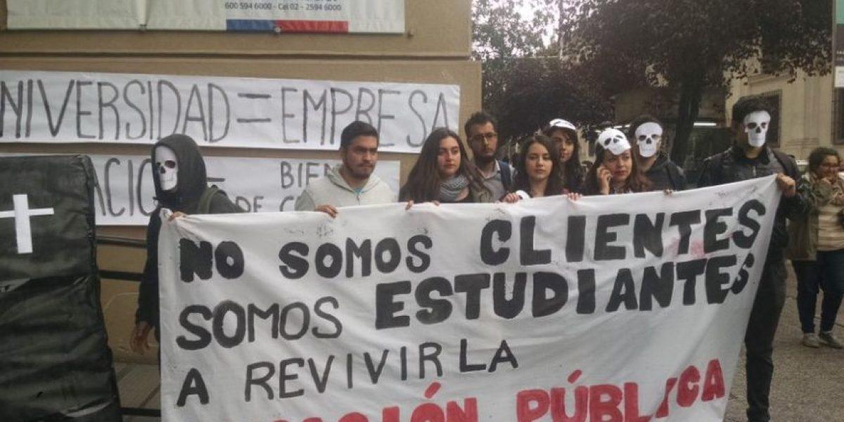 Universitarios realizan intervención en el frontis del Mineduc por cláusulas abusivas de Ues
