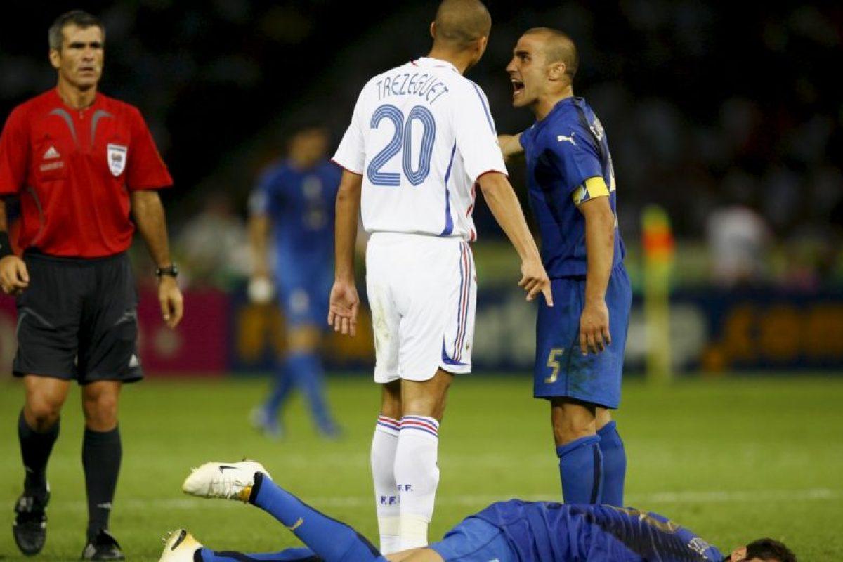 """En la final de Alemania 2006 entre Italia y Francia, estos futbolistas protagonizaron una acción recordada en todo el mundo. Marco Materazzi le dijo algo a Zidane que provocó que el francés respondiera con un violento cabezazo. Después se sabría que tras jalones de camisetas, el italiano ofendió a la hermana de """"Zizou"""" a quien llamó """"pu…"""". Foto:Getty Images. Imagen Por:"""