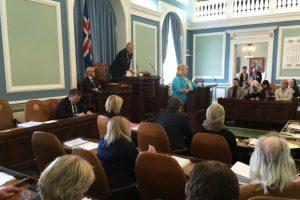Gunnlaugsson, líder del Partido Progresista, entró en el Parlamento islandés en 2009 y a finales de ese año vendió su 50% de participación en Wintris a su esposa por un dólar. Foto:AFP. Imagen Por: