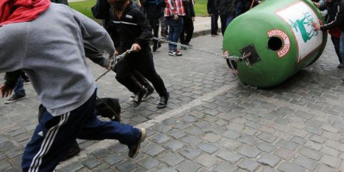 Cones entrega carta a ministro Burgos en protesta por anuncio de querella contra padres