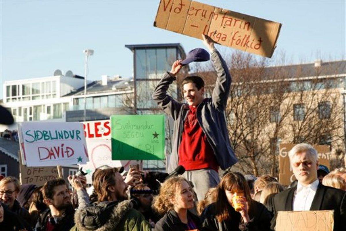 Miles de personas se unieron para pedir la renuncia del Primer Ministro de Islandia Foto:AP. Imagen Por: