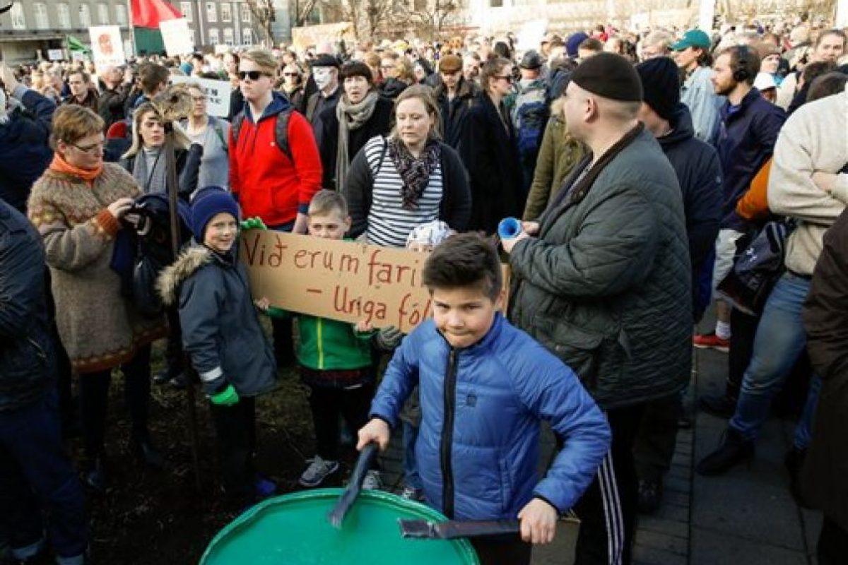 Por eso los ciudadanos se dieron cita junto al Parlamento de Reikiavik para manifestarse Foto:AP. Imagen Por: