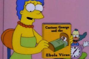 """En 1997, durante el episodio """"El saxo de lisa"""", Marge se acerca a Bart y le muestra un libro llamado """"George el curioso y el virus del Ebola"""". Años más tarde se presentó una epidemia en África Foto:Fox. Imagen Por:"""