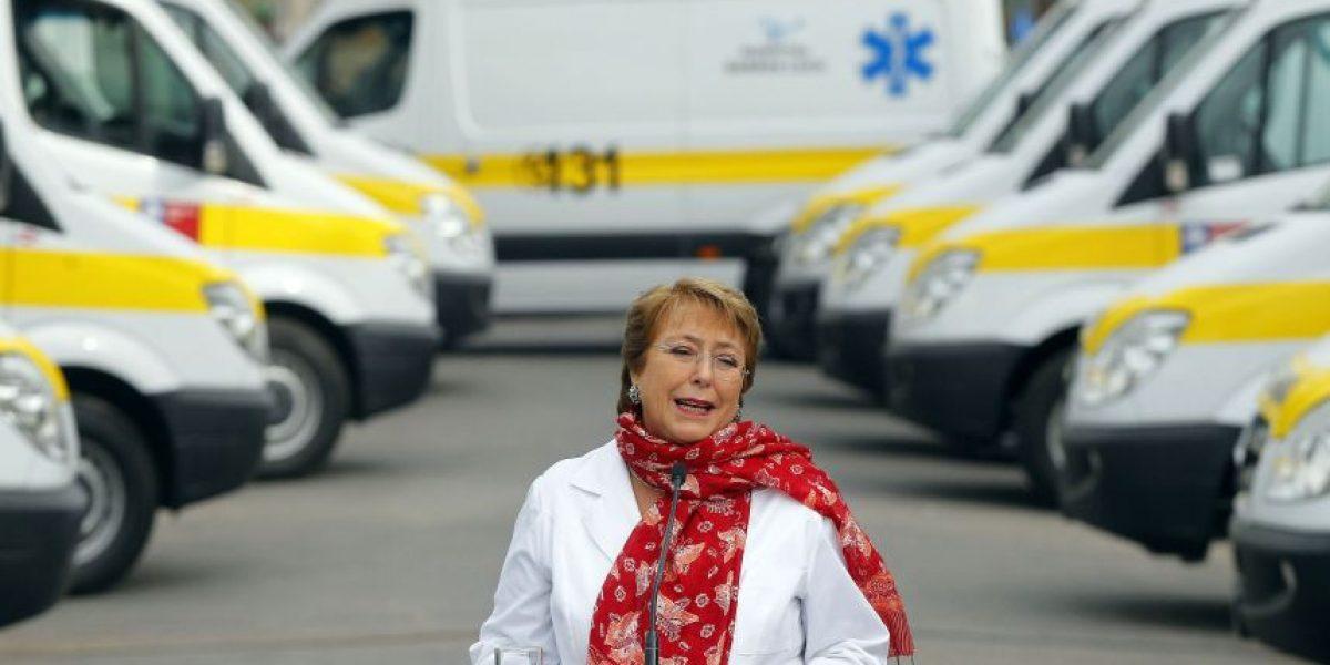 Manifestantes funan a Presidenta Bachelet en acto de entrega de nuevas ambulancias