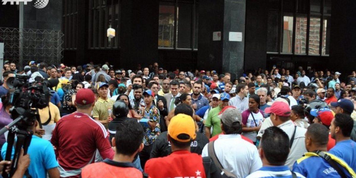 Chavistas y opositores venezolanos a los golpes por referendo revocatorio