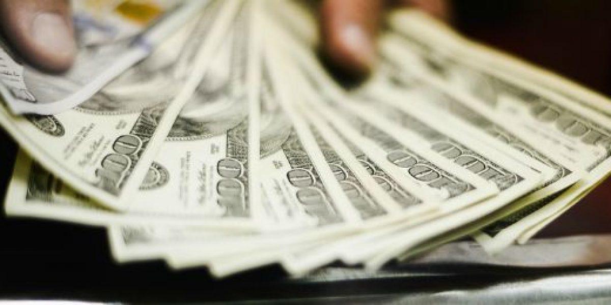 Dólar cierra con alza de $8