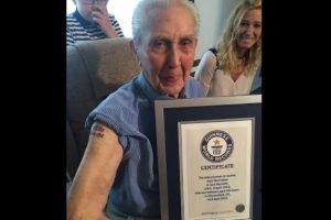 Con sus 104 años Reynolds se tatuó en el estudio Pete Who's Tattoos ubicado en pueblo de Chesterfield, Inglaterra. Foto:witter.com/GWR. Imagen Por: