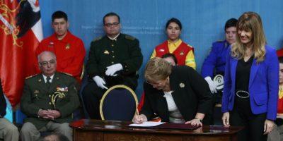 Bachelet promulga leyes para proteger trabajo de Bomberos y que los exime del pago de peajes