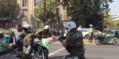Carabinero saca su arma de servicio para detener a taxista en medio de protesta contra Uber