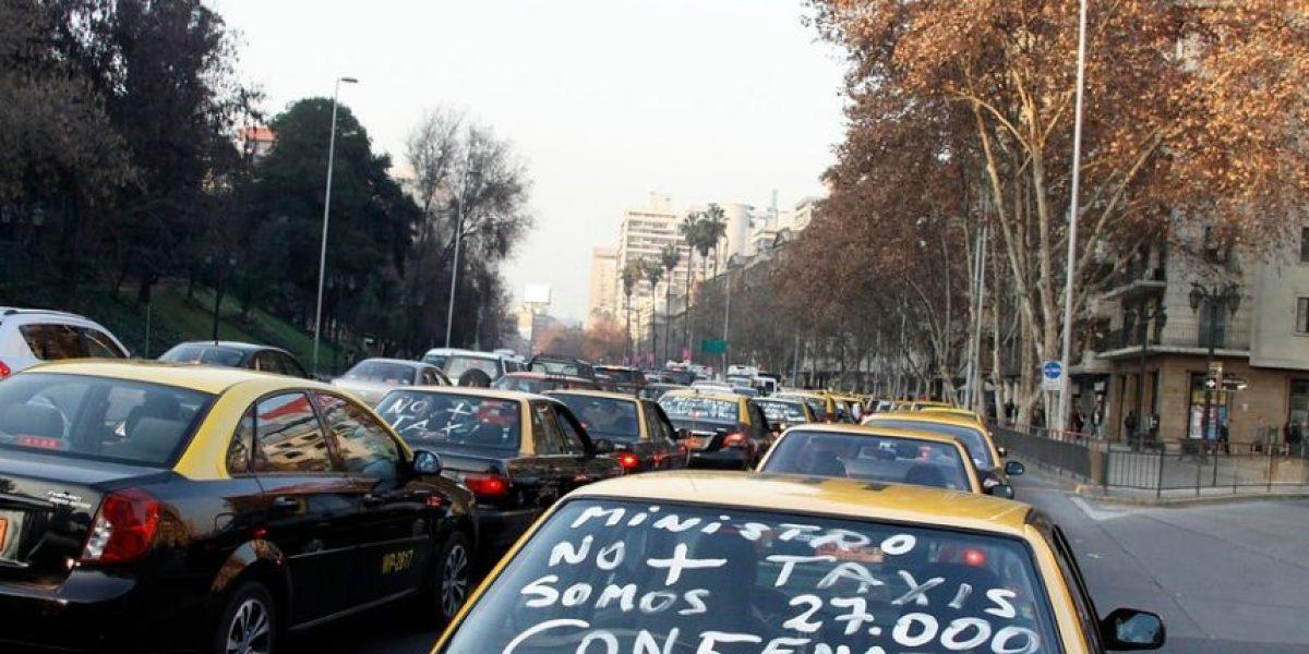 Taxistas interponen recurso de protección en contra de Uber y Cabify