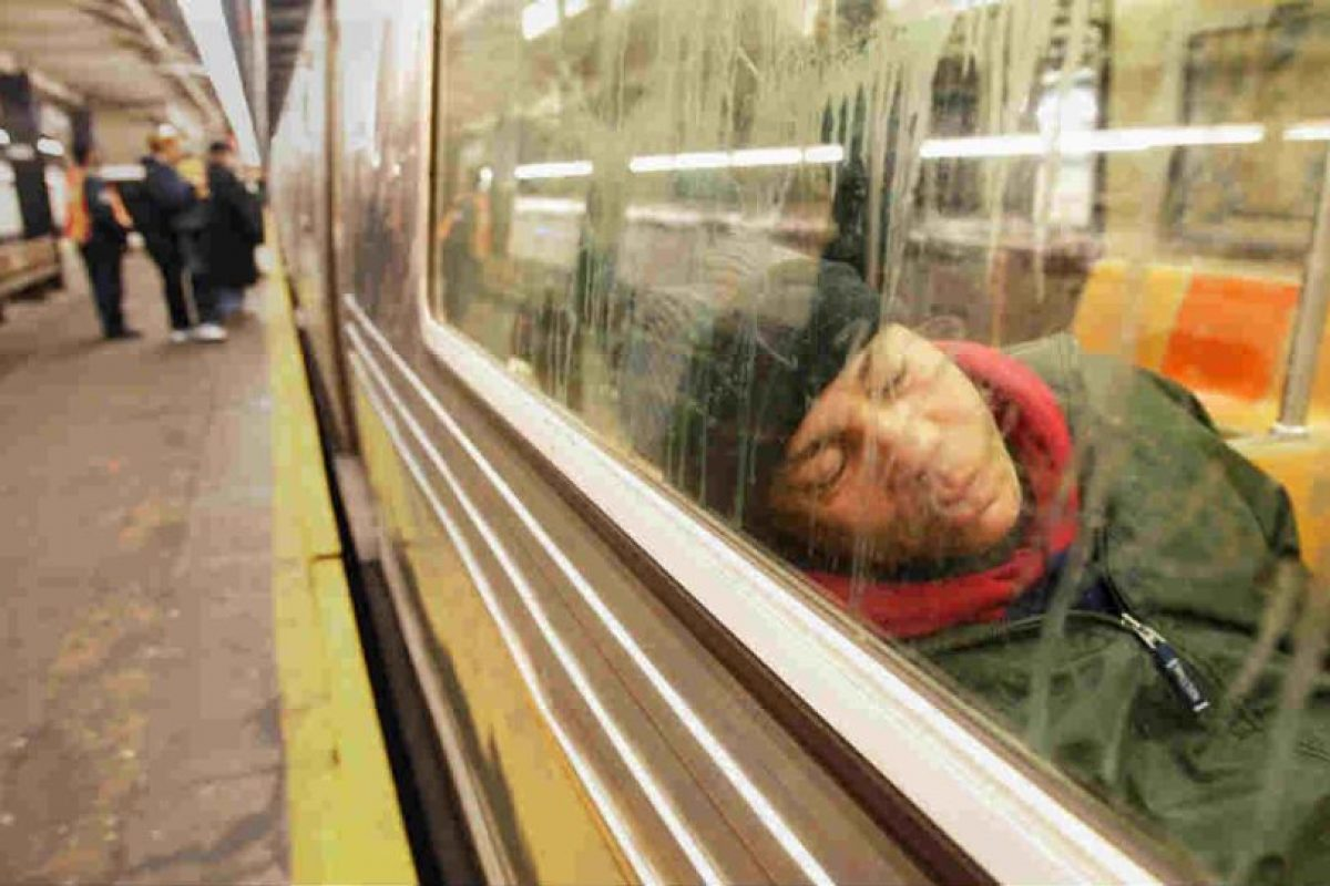 Muchos pasan parte de la noche en el móvil. Foto:Getty Images. Imagen Por: