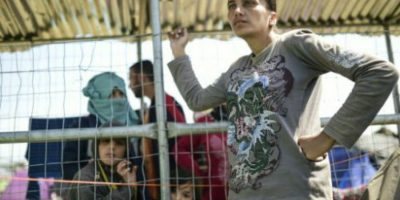 Refugiado amenaza con lanzar una bebé a la policía de Grecia