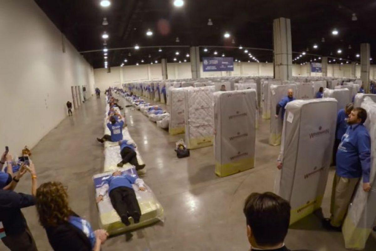 En total hubo 34 filas de colchones de la marca Woodhaven Industries. Foto:Youtube/Guinness World Records. Imagen Por: