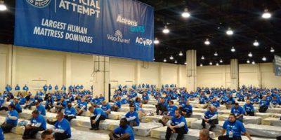 """Mil 200 personas baten el Récord Guinness de """"dominó humano"""""""