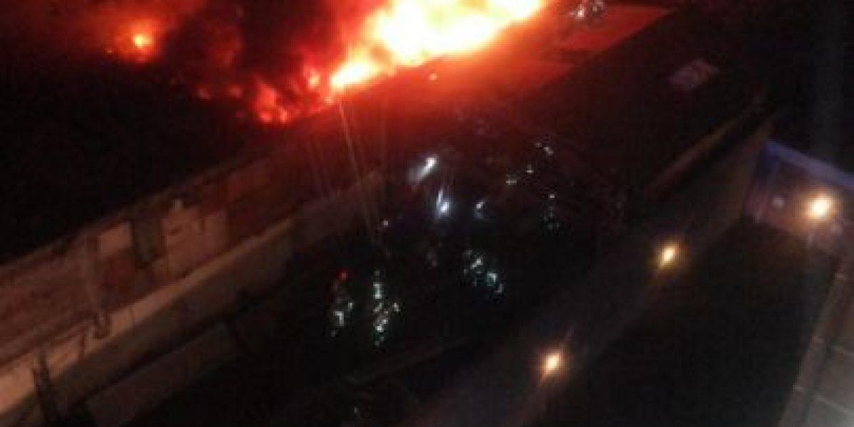 Gran incendio afectó a bodega en pleno centro de Santiago