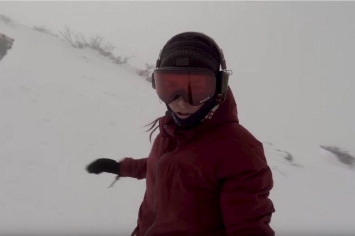 La mujer no se dio cuenta de que un oso la perseguía, hasta que vio el video Foto:YouTube. Imagen Por: