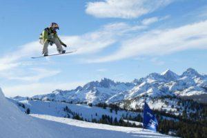 Es un deporte en el que debe tratar de deslizarte sobre la nieve subido a una tabla Foto:Getty Images. Imagen Por: