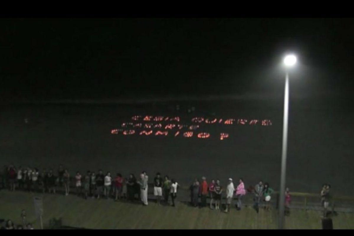 Este hombre encontró el momento exacto para que 350 velas encendidas en la playa le dieran a su novia el mensaje esperado. Foto:Youtube. Imagen Por: