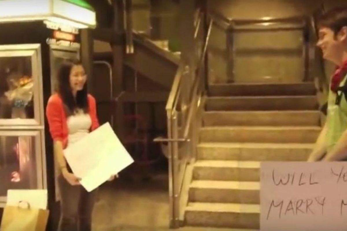Esta chica, por medio de un mensaje escrito en tarjetas, le pide matrimonio a su novio. Foto:Youtube. Imagen Por: