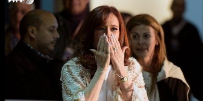 Multitud recibe a Cristina citada a declarar por juez en Buenos Aires
