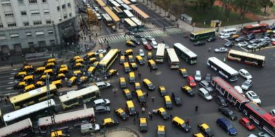 Uber comienza a operar en Argentina y es recibido con multitudinaria protesta de taxistas