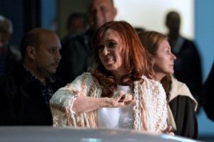 A casi 4 meses de dejar la presidencia la expresidenta tuvo que visitar la capital argentina. Foto:AFP. Imagen Por: