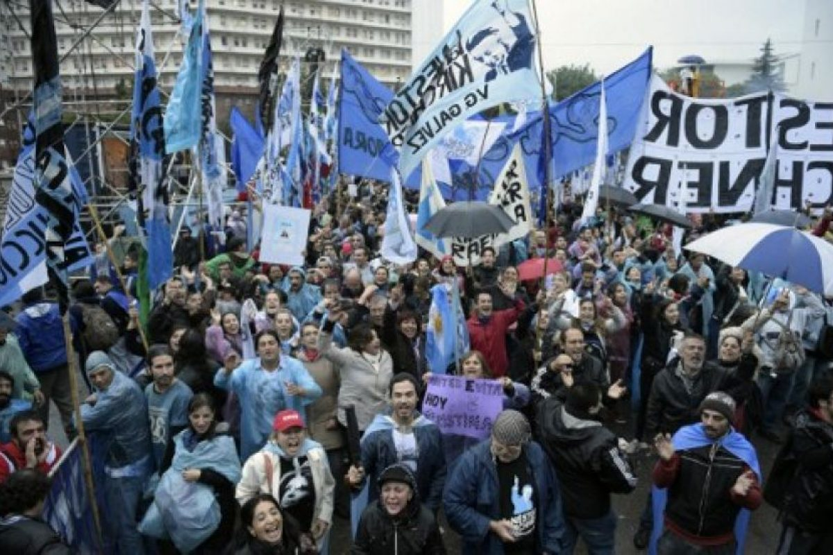 Ante este hecho Fernández vivió distintas muestras de apoyo de parte de sus simpatizantes. Foto:AFP. Imagen Por: