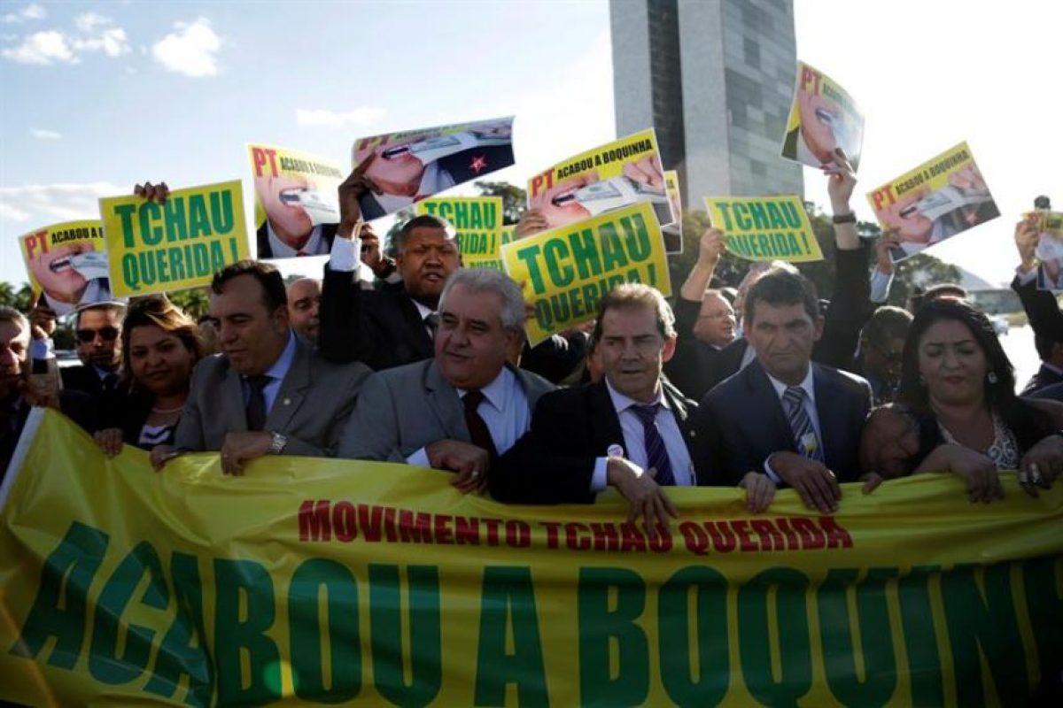 Un grupo de diputados protestó ayer en contra de Dilma Rousseff en Brasilia, a pocos días de que se lleve a cabo el proceso de votación que decidirá su futuro. Foto:Efe. Imagen Por: