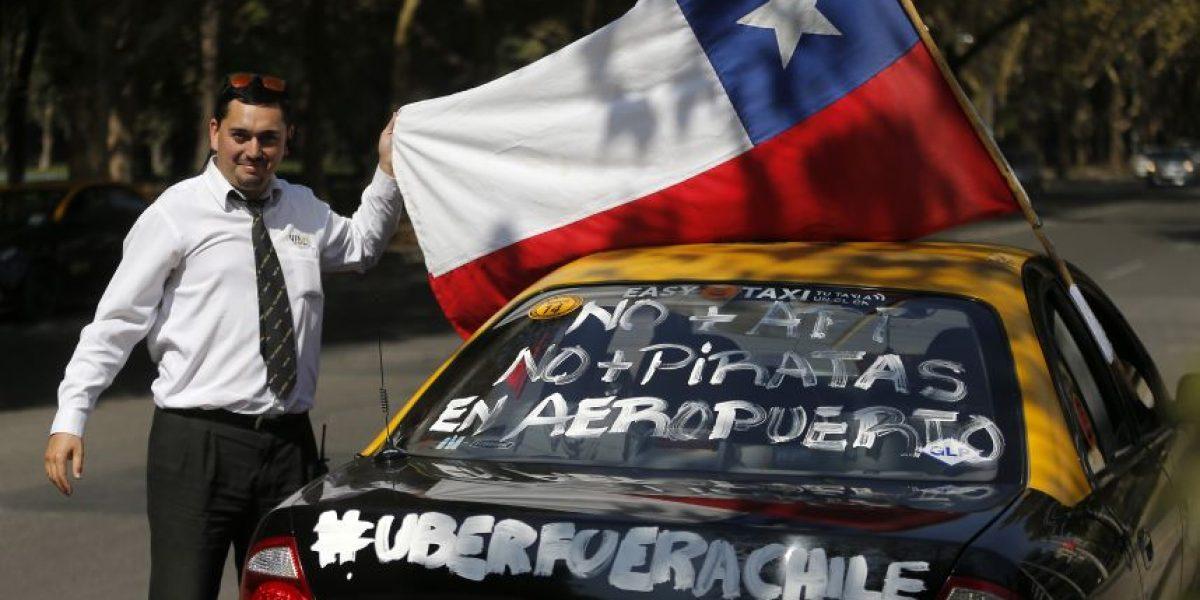 Taxistas agredieron a supuesto chofer de Uber en incidente que dejó siete autos chocados