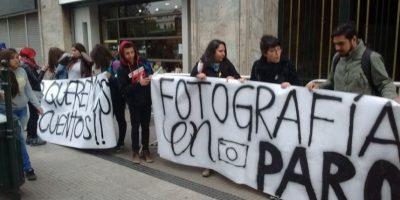 Estudiantes de Instituto Los Leones protestan afuera del Mineduc para exigir mejores condiciones
