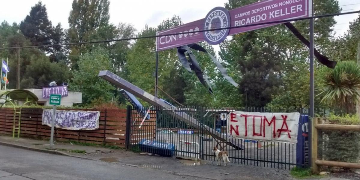 Hinchas de Deportes Concepción se tomaron la sede y exigen el pago del sueldo a jugadores